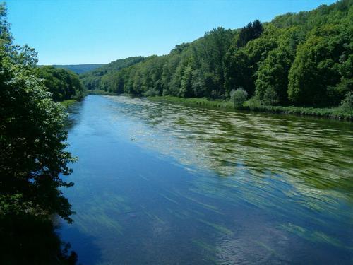 Et au milieu coule une rivière, la Semoy.