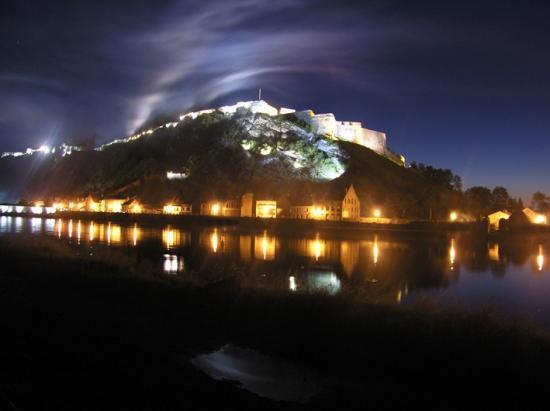 Le fort de Charlemont, un soir d'été.