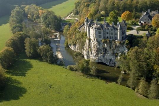 Le château de Walzin surplombant la Lesse.
